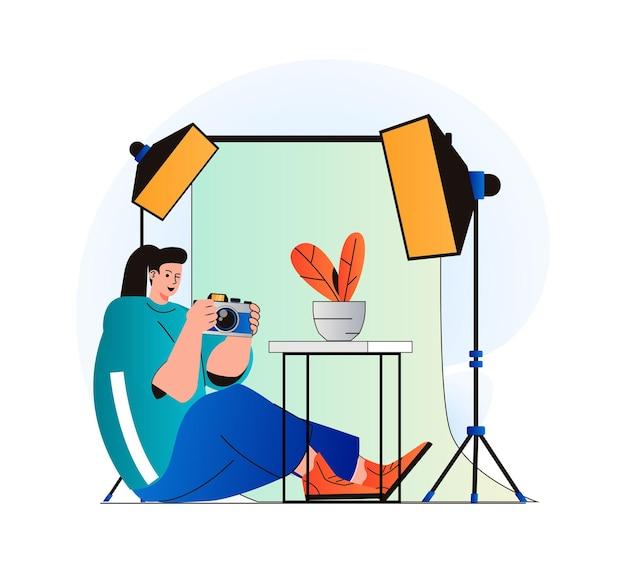 Fotostudioconcept in modern plat ontwerp vrouwenfotograaf met fotocamera werkt