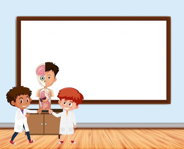 Frame met bord en studenten in de klas