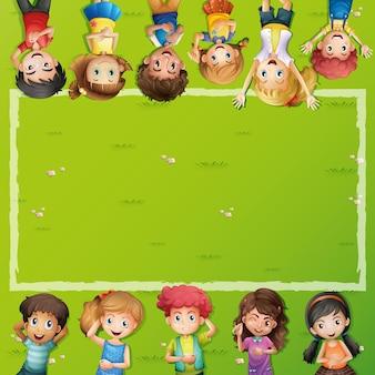 Frameontwerp met kinderen die op gras liggen