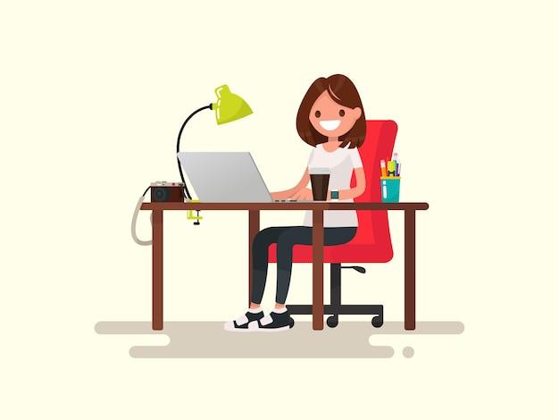 Freelance. het meisje de ontwerper of fotograaf achter een bureaubladillustratie