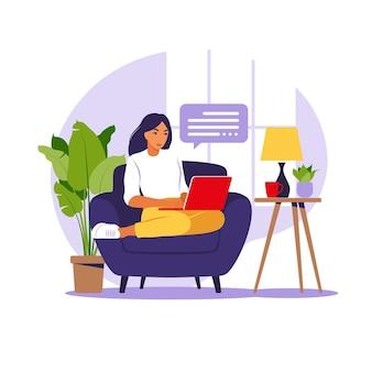 Freelance, online onderwijs of social media concept. vrouw zittend op de bank met laptop. thuiswerken op een computer, externe taak. platte stijl. illustratie.