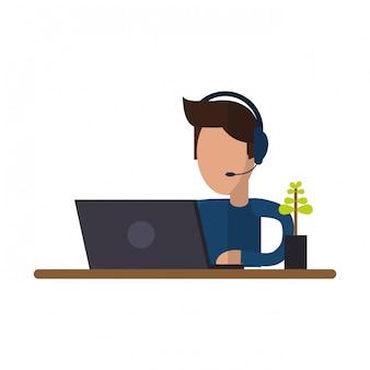 Freelancer die met laptop aan bureau werkt