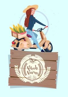 Fresh farm logo banner met vrouwelijke boer op elektrische scooter vervoer met een doos met groenten