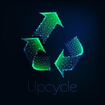 Futuristisch gloeiend laag veelhoekig groen upcycle symbool dat op donkerblauwe achtergrond wordt geïsoleerd.