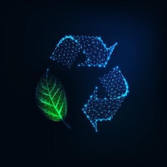 Futuristisch gloeiend laag veelhoekig kringloopteken met groen blad dat op donkerblauw wordt geïsoleerd