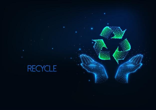 Futuristisch recyclingsconcept met gloeiende lage veelhoekige menselijke handen en kringloopteken.