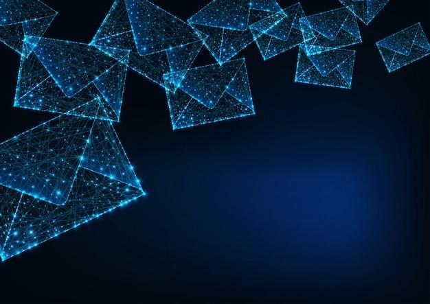 Futuristische gloeiende lage veelhoekige mail enveloppen en kopie ruimte voor tekst op donkerblauwe achtergrond.