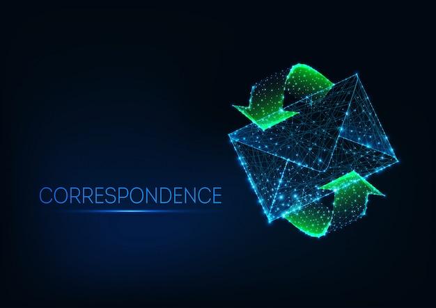 Futuristische gloeiende lage veelhoekige mailenvelop met groene bewegingspijlen op donkerblauwe achtergrond.