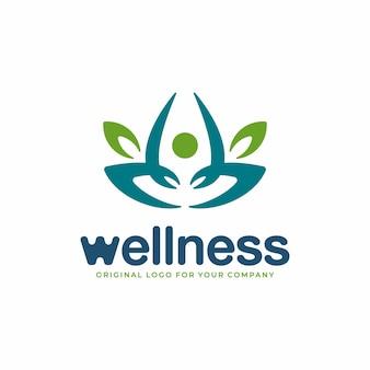 Fysieke gezondheidslogo met concept van mensen die mediteren in de natuurstijl