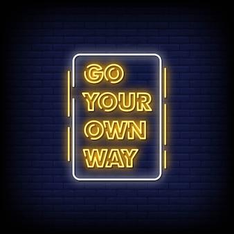 Ga je eigen weg neon uithangbord op bakstenen muur
