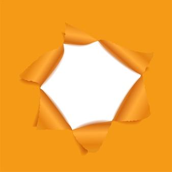 Gaatje in de oranje kleur van het papier.