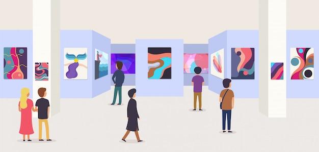 Galerie moderne kunst met bezoekers. abstracte schilderijen die aan de muur hangen in tentoonstellings- of museumzaal.