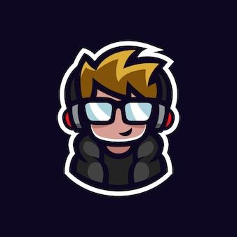 Gamer mascotte geek jongen esports logo avatar met hoofdtelefoon en glazen stripfiguur