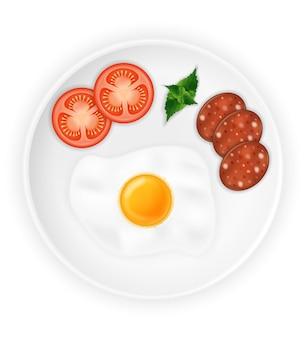 Gebakken gebraden ei en worstjes op een bord met groenten op wit