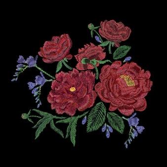 Geborduurde compositie met pioenrozen, wilde en tuinbloemen, knoppen en bladeren. borduurwerk in satijnsteek, bloemdessin