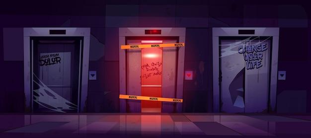 Gebroken liften verlaten lift met beschadigde deur