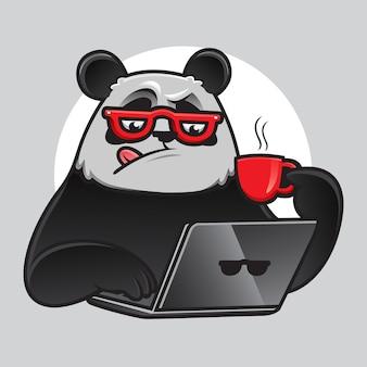Geek panda die met laptop en koffie werkt
