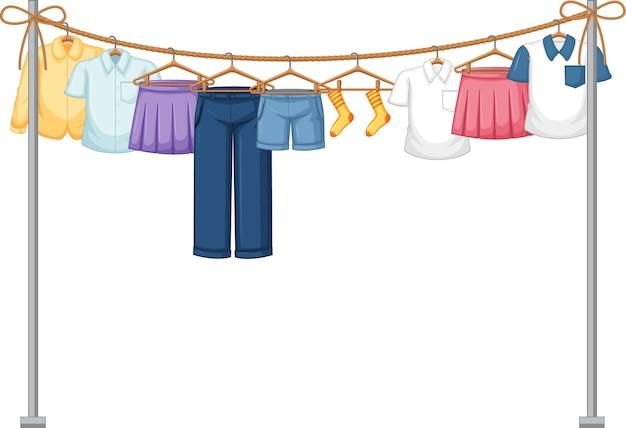 Geïsoleerde kleren die op wit hangen
