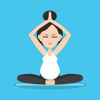 Geïsoleerde lachende zwangere vrouw mediteren en ontspannen in yoga pose op yoga mat.