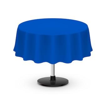 Geïsoleerde lege ronde tafel met tafelkleed in blauw op wit