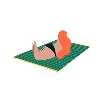 Geïsoleerde vrouw die in een bikini zonnebaadt