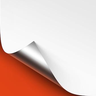 Gekrulde metalen zilveren hoek van wit papier met schaduw close-up