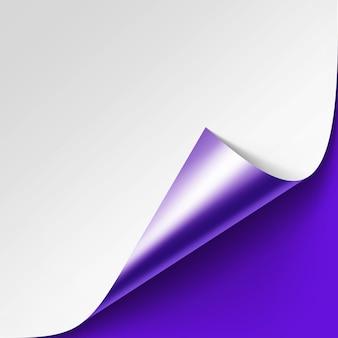 Gekrulde metalic zilveren hoek van wit papier met schaduw close-up op violet purple lilac achtergrond