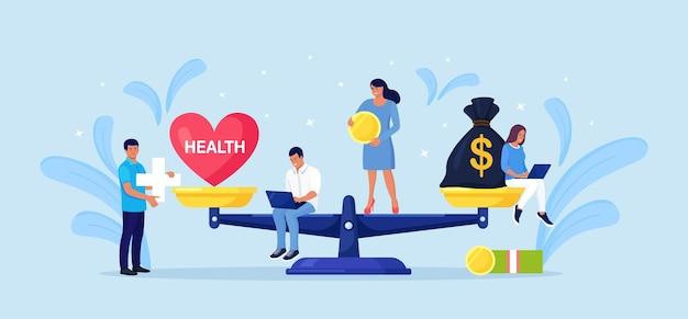 Geld en gezondheid balans. gezondheidszorg, rijkdom verdienen op schalen. stapel contant geld versus rood hart op schaal. onevenwicht tussen levensstijl en werk. kleine mensen vergelijken zakelijke stress en gezond leven