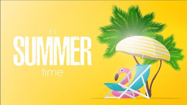 Gele banner zomertijd. ligstoel en parasol met gele strepen geïsoleerd op een witte achtergrond. palmbomen en roze flamingo zwemcirkel.