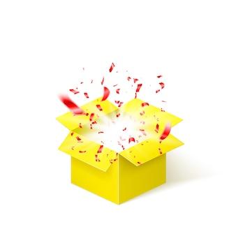 Gele doos met rode confetti. verrassingsdoos op witte achtergrond wordt geïsoleerd die