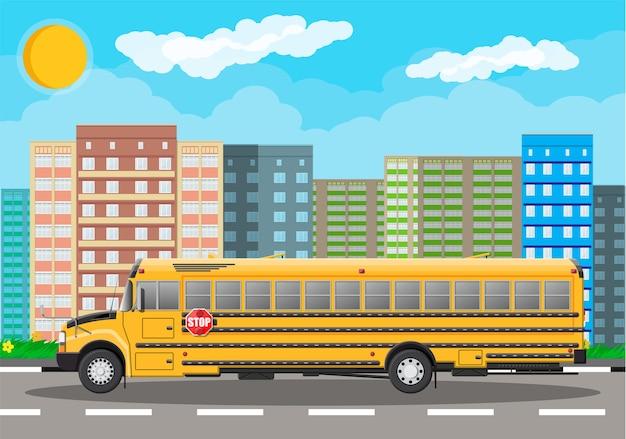 Gele lange klassieke schoolbus in de stad.