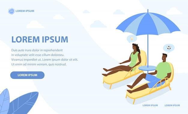 Gelooid paar ontspannen op het strand onder parasol