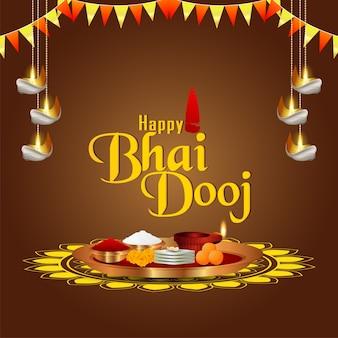 Gelukkig bhai dooj-festival van indiase familie met creatieve puja thali