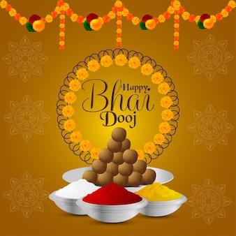 Gelukkig bhai dooj-festival van indische familie met creatieve puja thali