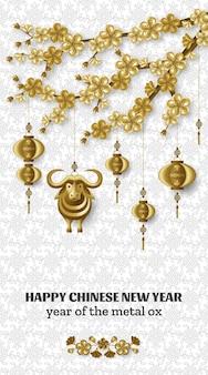 Gelukkig chinees nieuwjaar achtergrond met creatieve gouden metalen os, sakura takken, hangende lantaarns