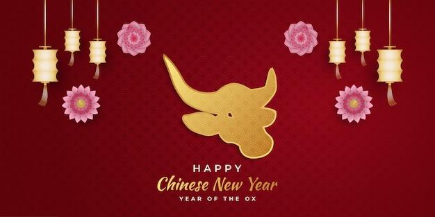 Gelukkig chinees nieuwjaar banner met gouden os en lantaarn en kleurrijke bloem versieringen op rode achtergrond