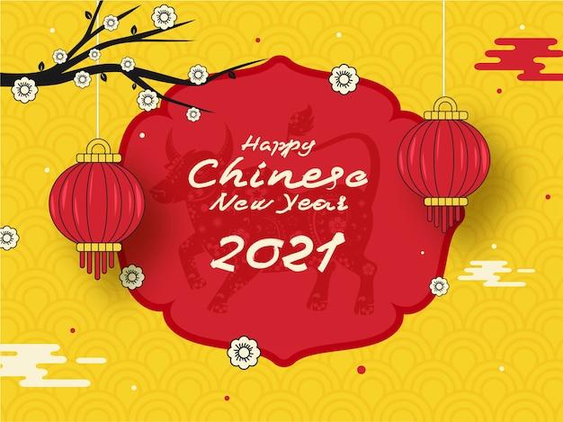 Gelukkig chinees nieuwjaar tekst met sterrenbeeld os, bloemtak, hangende traditie lantaarns op rode en gele halve cirkel patroon achtergrond.