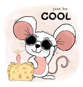 Gelukkig cool schattig wit roze muizen of muis draagt zonnebril met kaascake en kaars