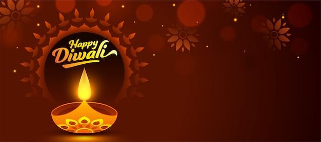 Gelukkig diwali-lettertype met verlichte olielamp (diya) en versierd bloemmotief