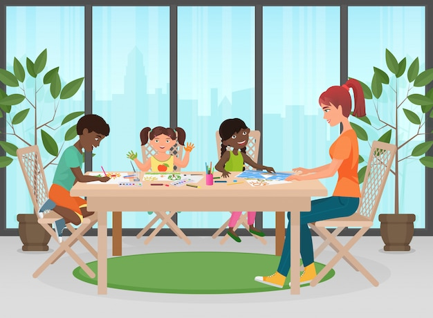 Gelukkig gezin. moeder en kinderen schilderen samen. volwassen vrouw helpt en leert kinderen tekenen.