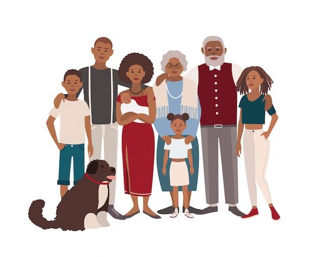 Gelukkig groot zwart familieportret. vader, moeder, grootmoeder, grootvader, zonen, dochters en hond samen.