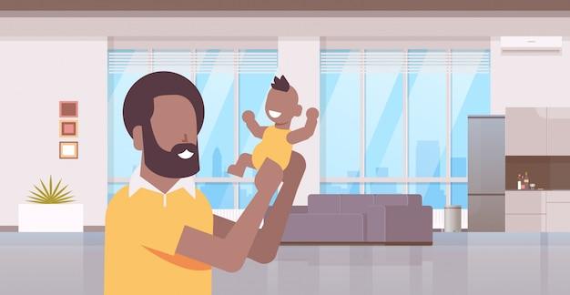 Gelukkig haar bedrijf pasgeboren zoon man verhogen van zijn kleine baby familie vaderschap concept modern leven Premium Vector