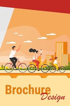 Gelukkig jong gezin rijden op fietsen in park platte vectorillustratie. fietsen langs weg aan het water met stad op achtergrond. zomeractiviteit en een gezonde levensstijl concept.