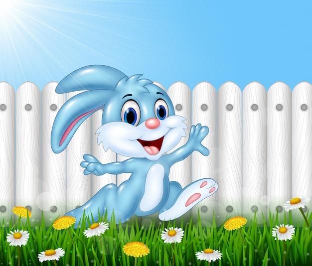 Gelukkig klein konijntje die in de tuin lopen