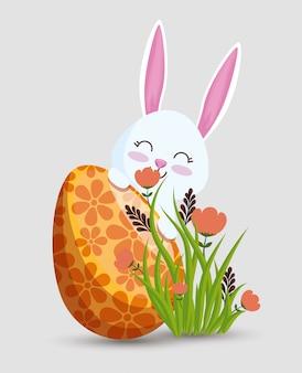 Gelukkig konijn met eidecoratie en bloemen