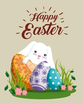 Gelukkig konijn met eierendecoratie en bloemen
