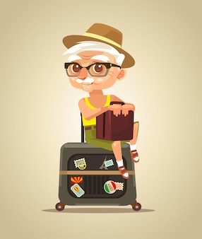 Gelukkig lachend oude toeristische grootvader karakter zittend op zakken