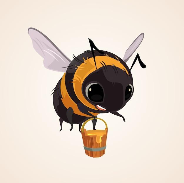 Gelukkig lachend vliegende bijenkaraktermascotte houdt houten emmer vol honing. platte cartoon afbeelding