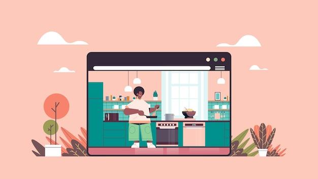 Gelukkig man bereiden van gezond voedsel thuis online koken concept moderne keuken interieur web browservenster horizontaal