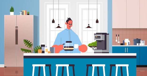 Gelukkig man koffie drinken man ontspannen thuis koken concept moderne keuken interieur horizontaal portret